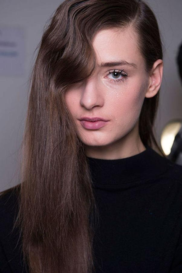 <strong>JENNY PACKHAM</strong><br><br> Long, defined lashes were the focus of the make-up at Jenny Packham for autumn/winter 16. Interestingly, the hair was given a loose wave to frame the face, too.<br><br> Jason Lloyd-Evans
