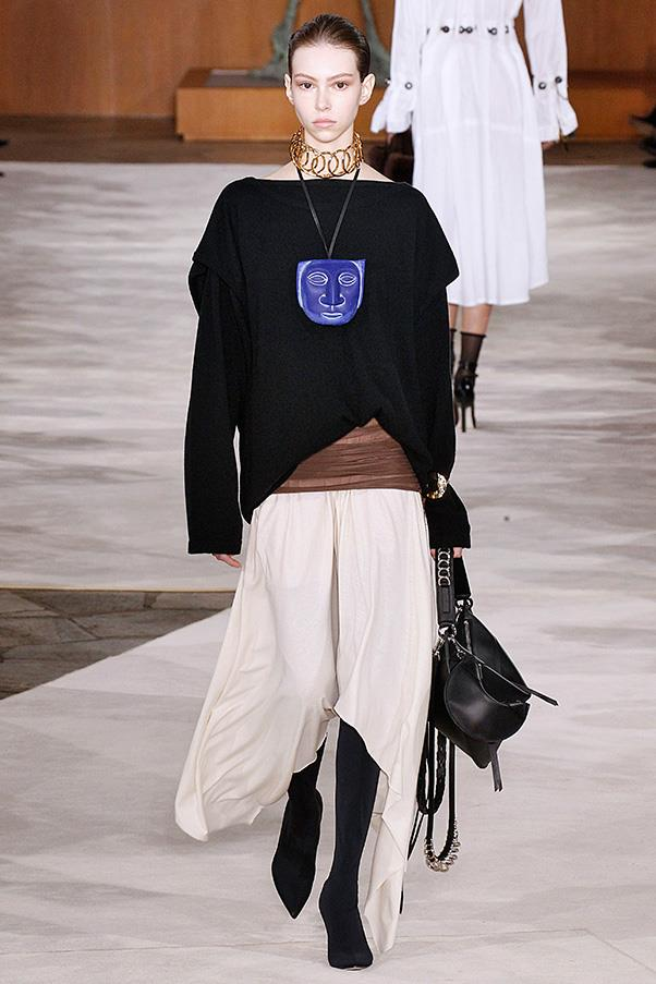 <strong>LOEWE</strong><BR><BR> The leather bags came out in half-moon shapes, camera styles and classic boxier silhouettes like the house's popular Amazona detailed with chains and tassels. The colors spoke to the neutral palette of the clothes.