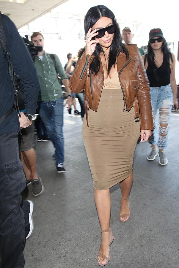Kim rocks all-neutral airport style at LAX airport, August 2015
