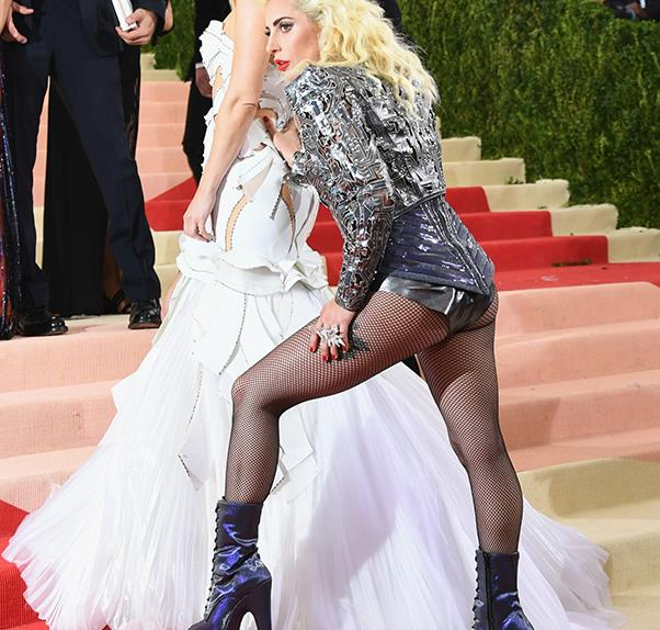 14 Amazing Candid Moments from the 2016 Met Gala Red Carpet