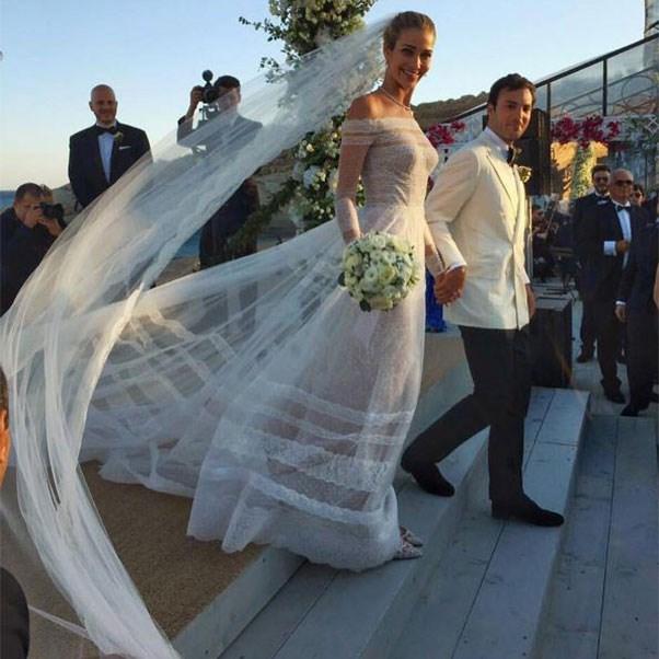 """The bride and groom<br><br> Instagram: <a href=""""https://www.instagram.com/p/BHqjmwlBRZq/?taken-by=weddedwonderland"""">@weddedwonderland</a>"""