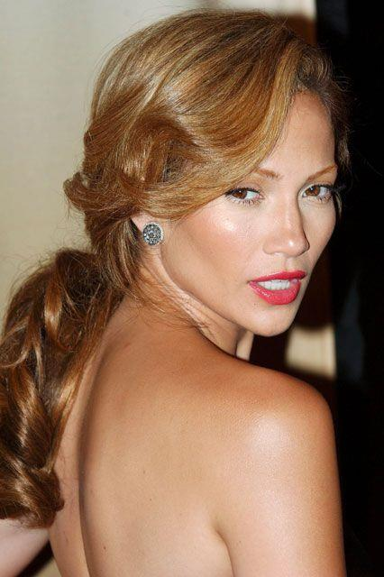 She soon left the straight bob behind though to debut this sun-kissed, soft-curls beauty look in 2006. She epitomised old-world Hollywood glamour.