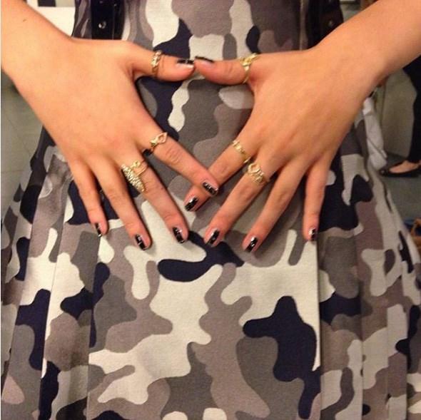 """Flaunt nails @stephstonenails"" - <a href=""https://www.instagram.com/p/frXfZvHTVi/"">@bellathorne</a>"