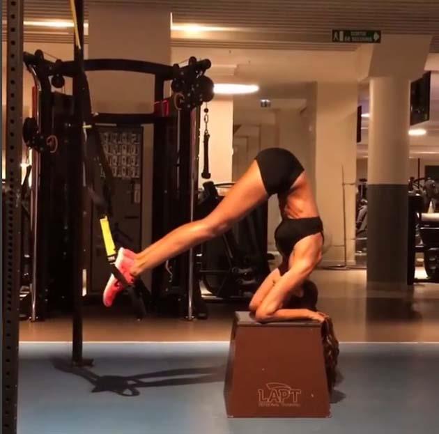 "Izabel Goulart <br><br> Brazilian babe, Iza Goulart works her core in this intense plank exercise. <br><br> Instagram: <a href=""https://www.instagram.com/iza_goulart/"">@iza_goulart</a>"