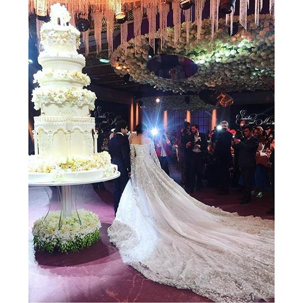 """<strong>The cake</strong><br><br> Wedding three <br><br> Instagram: <a href=""""https://www.instagram.com/p/BMLmOh5hD2D/"""">@vogue._.style</a>"""
