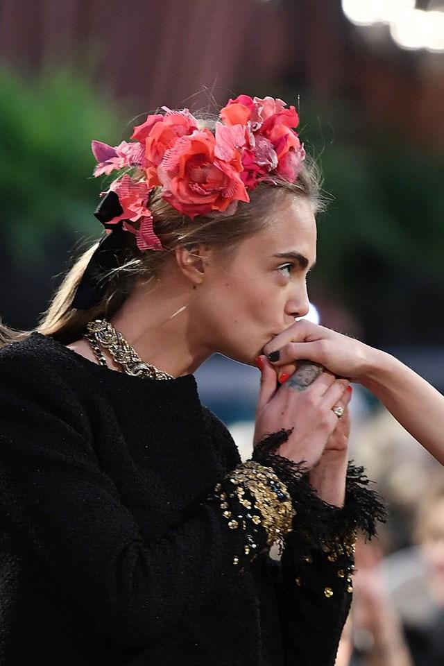 Cara then gives a kiss to a fellow model. As you do.