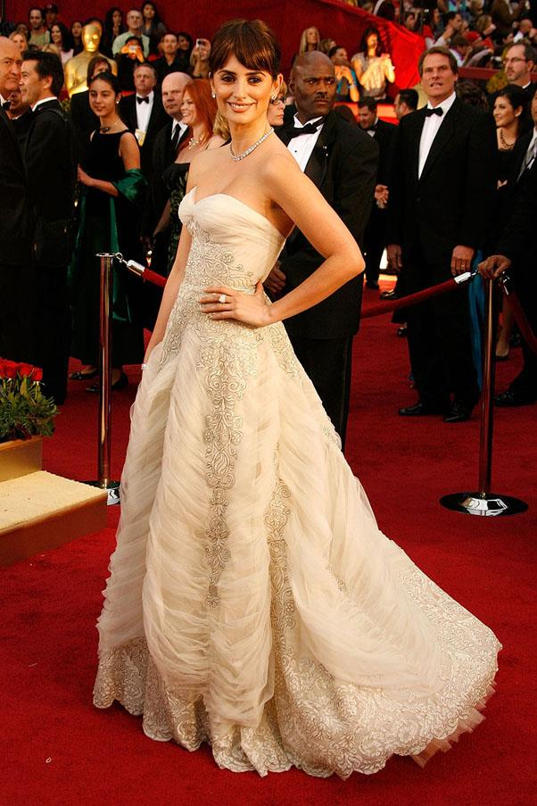 <strong>2009:</strong> <br><br> Penelope Cruz in vintage Pierre Balmain