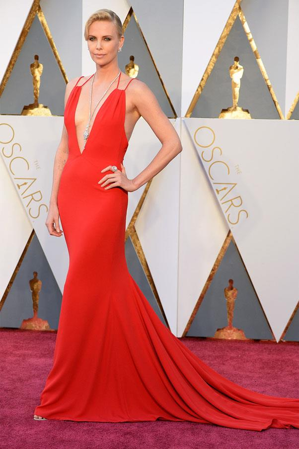 <strong>2016:</strong> <br><br> Charlize Theron in Christian Dior