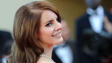 Watch Lana Del Rey Use A Brow Pencil In The Craziest Way