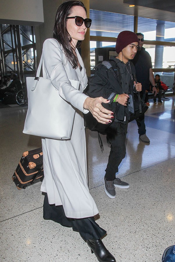 """Angelina Jolie with the Everlane 'Petra' market tote, which retails for approx. $480 <a href=""""https://www.everlane.com/products/womens-petra-market-gesso?collection=petra"""">here</a>.<br><br> Image: Splash News"""