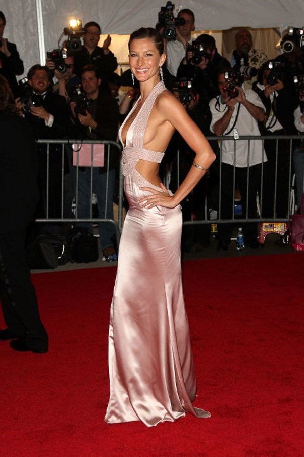 <strong>2008</strong> <br><br> When Gisele wore Versace and we couldn't get over <em>that body</em>.