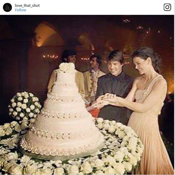"<p><strong>Tom Cruise & Katie Holmes</strong> <p>For Cruise and Holmes's Italian wedding, they chose a five-tiered white chocolate mousse cake covered in marzipan roses. <p><em>Via: <a href=""https://www.instagram.com/p/BHGOXZHBoqA/"">@love_that_shot</a></em>"