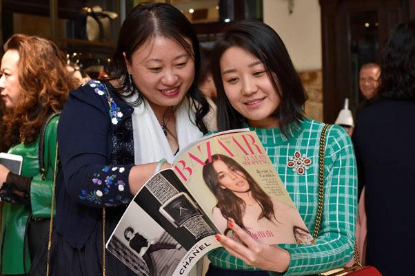 Guests peek at the very special 2017 Chinese edition of <em>BAZAAR. </em>