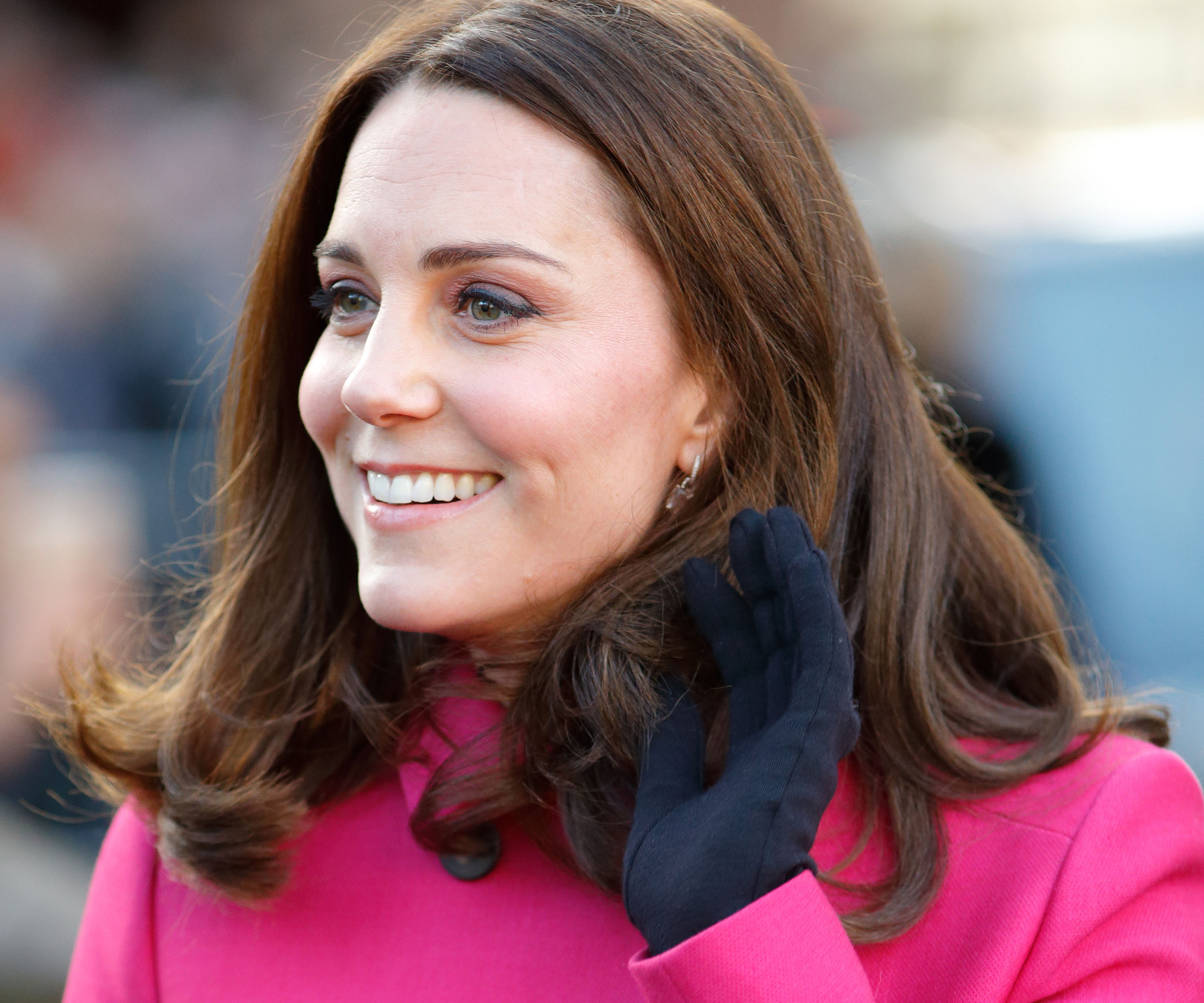 Pregnant Kate Middleton steps out WITHOUT engagement ring