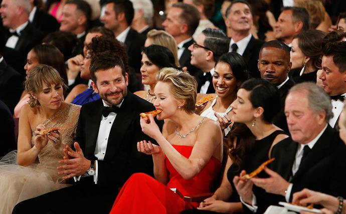 Jennifer Lawrence and Bradley Cooper eat pizza at the Oscars