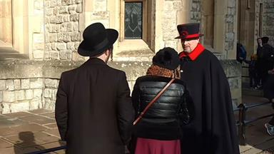 London tourist does the rudest thing, throws glove at Queen's guard