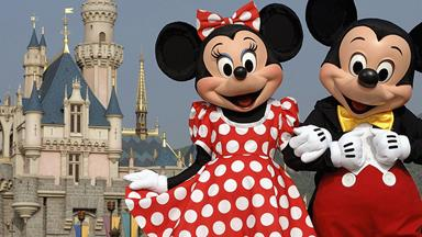 Deaf toddler's reaction to meeting a Minnie Mouse who speaks in sign language will MELT you