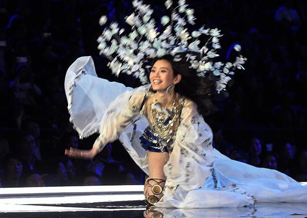 Ming Xi,  2017 Victoria's Secret Fashion Show