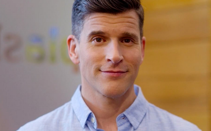 Osher Günsberg is reliving his naughties fashion nightmares with a throwback video that will have you doing a double-take