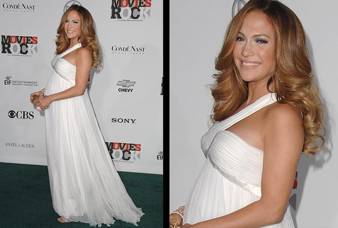 A pregnant J.Lo glows on the red carpet.