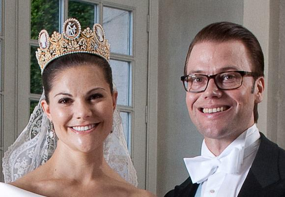 Princess Victoria wore the cameo tiara on her wedding day in 2010, which was made of gold, pearls and gem cameos.  The central cameo depicts Cupid and Psyche from Greek mythology. The tiara was also worn by Queen Silvia at the royal wedding on June 19, 1976.