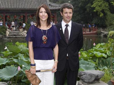 With her husband Prince Frederik on a visit to Beijing, Mary showed off a simple but stylish look.