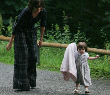 Little Suri takes her first steps in Berlin while mum looks on.