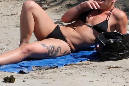 Which tattooed celebrity took time out to relax at the beach recently?