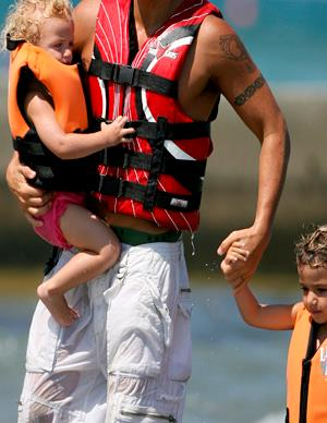 Which superfit celebrity dad took to the beach with his kids?
