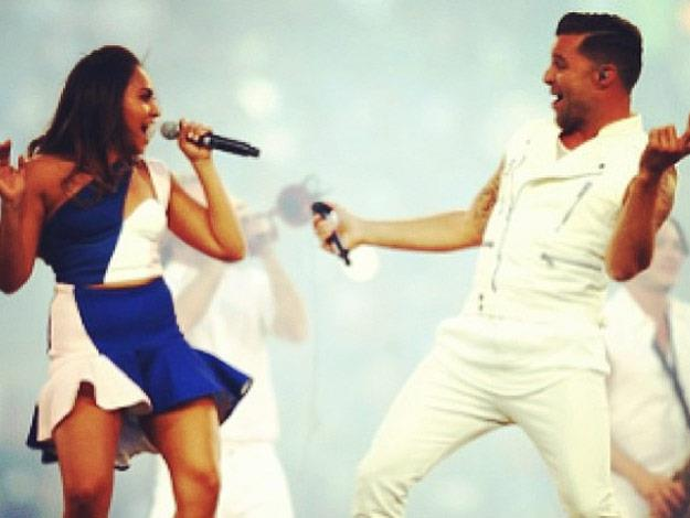 Jess performs onstage with Ricky Martin.