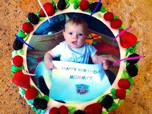 In fact it looks like Dad Josh took baby Axl's birthday wishes so far, he even put him on a cake for Fergie!
