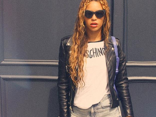 Even keeping it simple in monochrome, Beyonce still keeps it fierce with a pair of glamorous sunnies and a Moschino t-shirt.