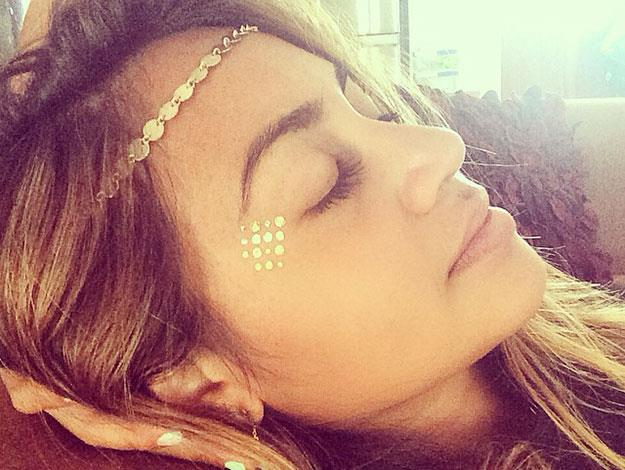 Australia's Jessica Mauboy brought out her inner flower-child by teaming a Flash tatt on her face with a cute matching metallic braided headband.