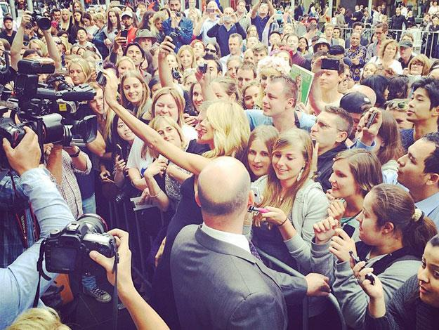 Can you pick out the supermodel? Heidi posed for selfies with some of the many fans who'd crowded in to see her.