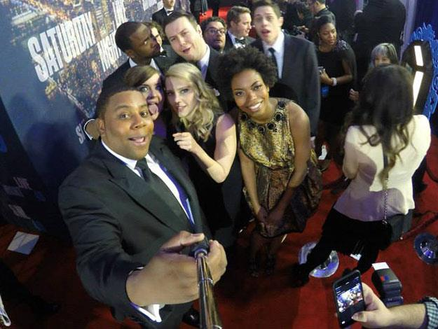 The current SNL cast pose for a selfie.