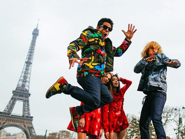 These two really, really, ridiculously good-looking models took in some of the sights of Paris.