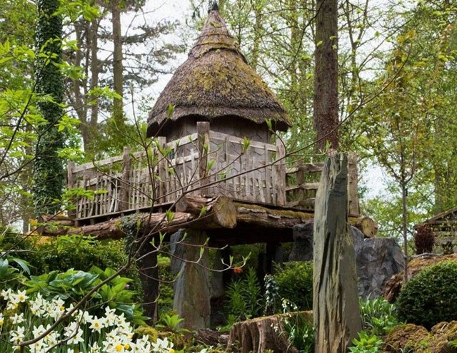 Prince William's original treehouse in Highgrove Garden. Image: Andrew Lawson/Pinterest