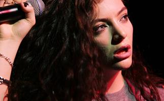 Lorde performs David Bowie tribute