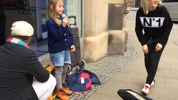 Ellie Goulding surprises a young busker