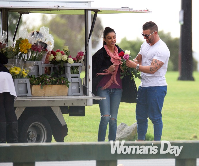 We spotted the hunk treating his new love to a bouquet of flowers during their stroll in the park.