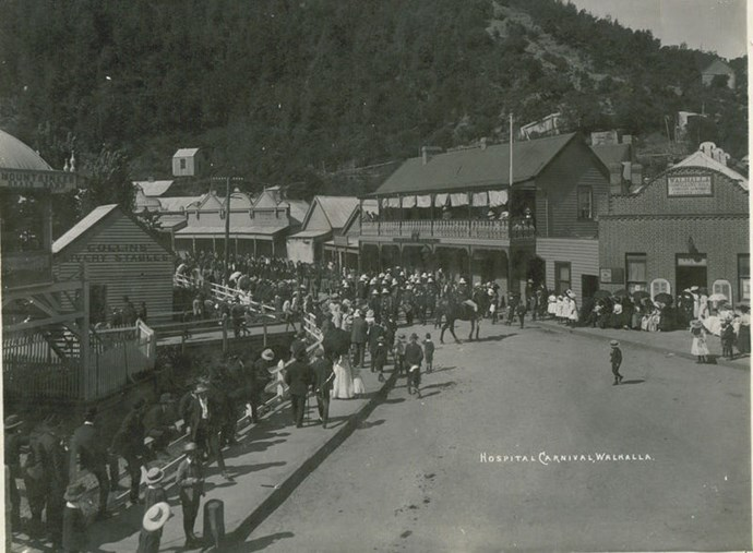 Crowds in the once-bustling town of Walhalla, c.1910. (Image: W Lee/Wikimedia)