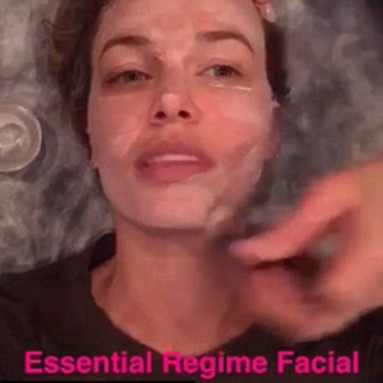 """When I was pregnant with Rocket I got a lot of pigmentation,"" **Lara Worthington** told *The Skincare Edit*. To treat her melasma she used a brightening serum every night. She also relies on regular gentle peels, light therapy and microdermabrasion from her skin guru, Melanie Grant, to fix stubborn pigmentation and keep her skin in check. Annnnndddd her expert bit of advice? ""Use sunscreen. Everyday."" gurl."