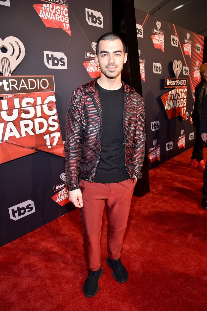 Joe Jonas sported the 'athleisure' trend like a pro in his zip-up hoodie, loose-fitting trackie dack pants and a pair of all-blake kicks.