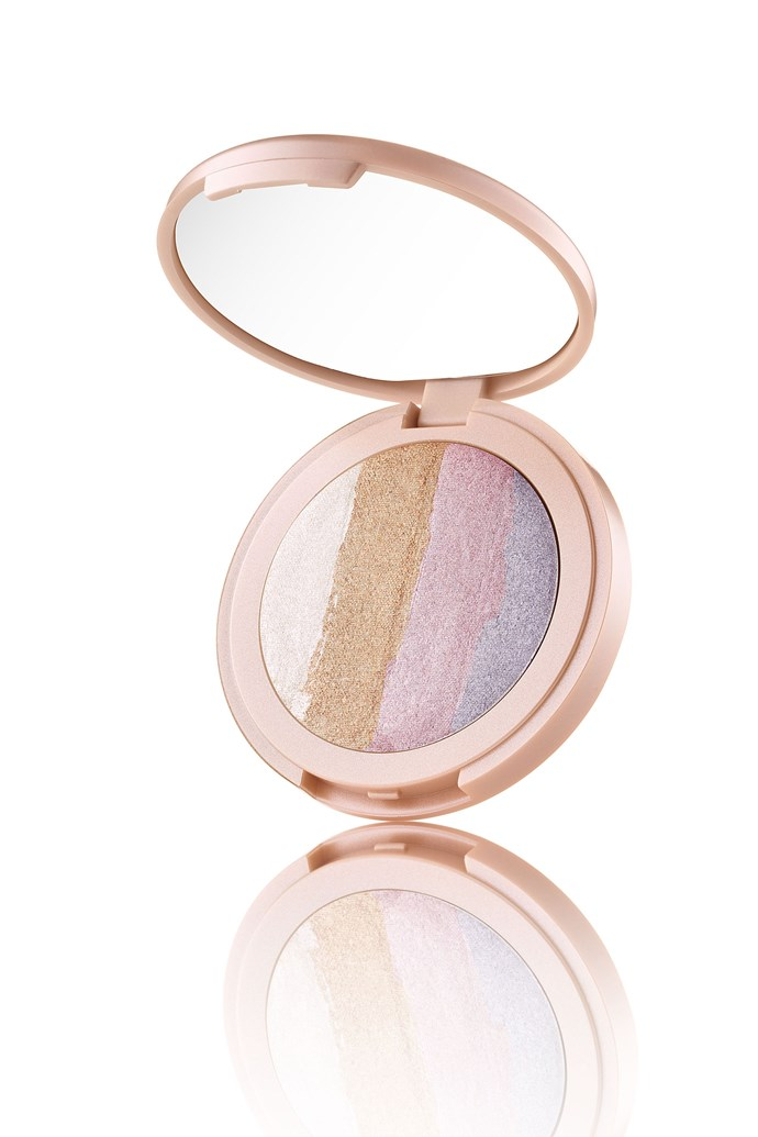 """Another peek at the iridescent highlighter of your dreams:  Want to be the first to know when this mythical gorgeousness drops? OF COURSE YOU DO! Sign up [here](http://tartecosmetics.com/?utm_source=popsugar&utm_medium=referral&utm_campaign=unicornpopsugar&utm_source=aff&utm_medium=2-268857&utm_campaign=21181 target=""""_blank"""") to get a notification the second it launches.   *Via:* [*Cosmopolitan US*](http://www.cosmopolitan.com/style-beauty/a9117715/tarte-cosmestics-unicorn-makeup-collection-launch/ target=""""_blank"""")"""