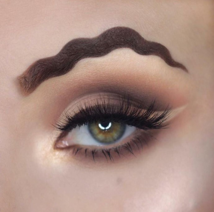 **Squiggle Brows** <br><br> Not only can your lips turn into squiggles, so can your brows! This makeup trickery is very skillful, however, we won't be trying it anytime soon.  @[secretosdemaquillajeybelleza](https://www.facebook.com/secretosdemaquillajeybelleza/posts/518233638568930)