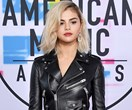 2017 American Music Awards Red Carpet: All The Looks