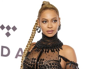 This woman looks so much like Beyonce, she gets chased down the street by fans