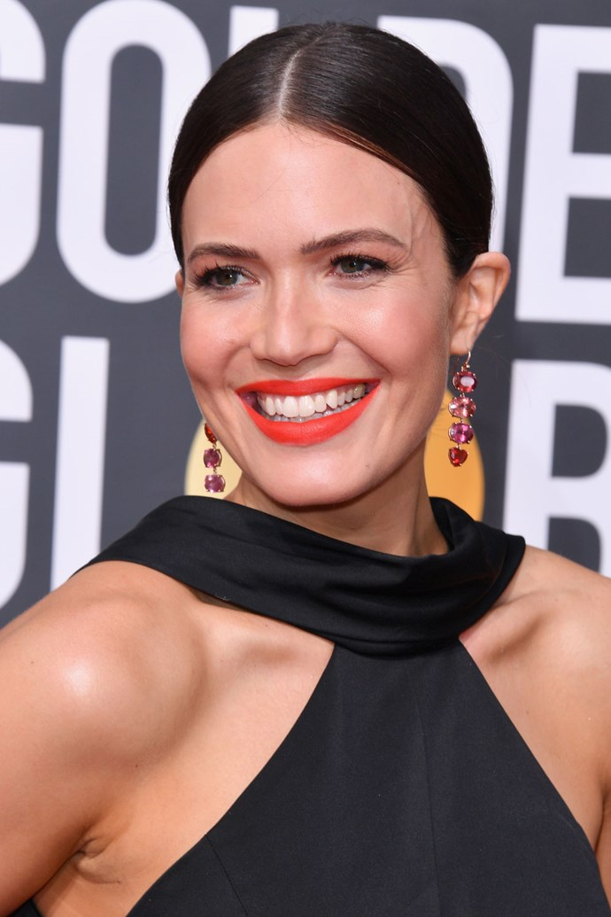 **Mandy Moore** <br><br> The *This Is Us* actress amped up her beauty look by adding bright tangerine lips and eyes.