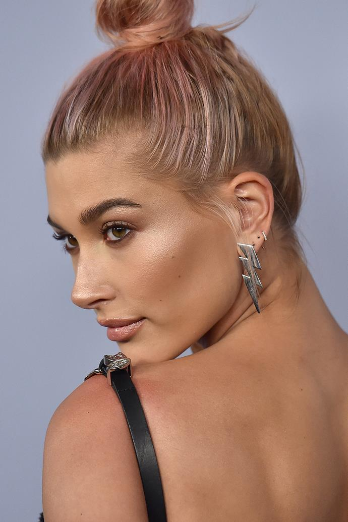 """For a beauty look that screams 'second date' without being OTT, try **Hailey Baldwin** all-over glow (read: luminous skin). Start by giving eyes a light shading and apply a fine black liner to your upper and lower lids. Give cheekbones some extra definition with the help of matte bronzer (applied just underneath cheekbones) and coat lips with a nude gloss. To get the lit-look, use a pearly highlighting powder and add a touch of shimmer to your cheekbones and the bridge of your nose. The result? A dewy complexion that doesn't require the help of candlelight. Try [Becca Shimmering Skin Perfector Pressed Highlighter in Pearl](https://www.sephora.com.au/products/becca-shimmering-skin-perfector-pressed/v/pearl