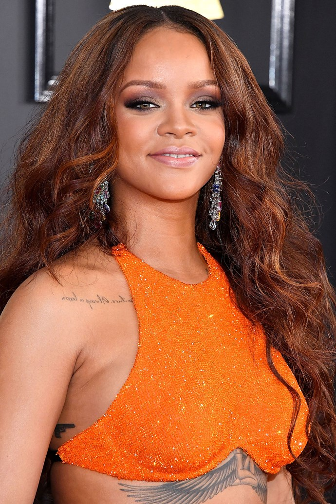 Rihanna returns to her old faithful beauty looks: ultra long locks and warm tones. And HELLO to that lavender smoky eye!